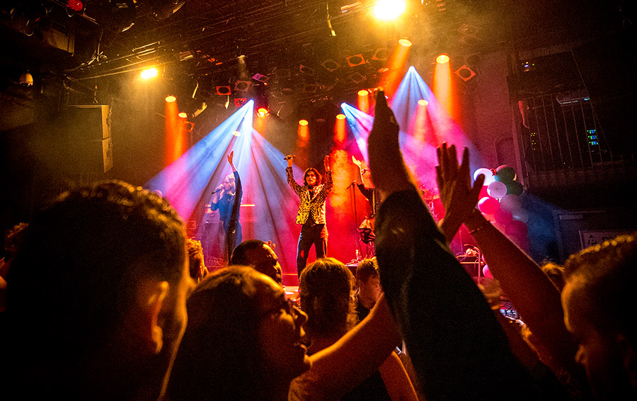 Let's Groove feestband vanuit publiek