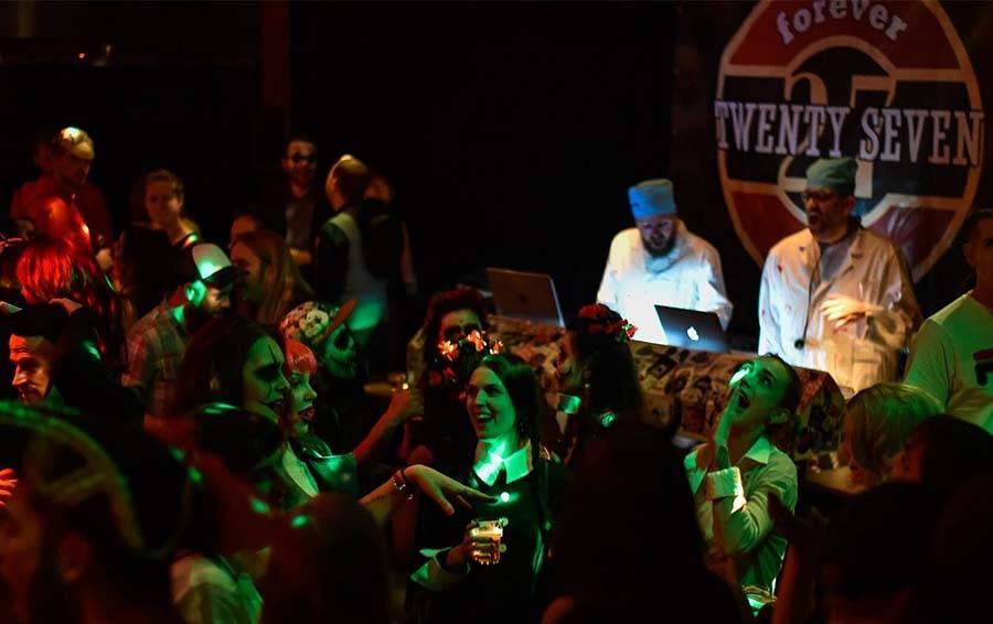 DJ Duo Forever27Club foto met publiek